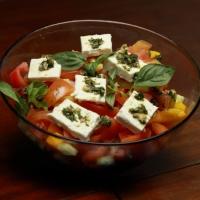 Insalata greca con erbe aromatiche e mandorle