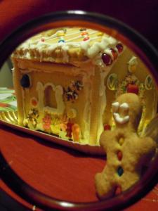 Omino di pan di zenzero accanto alla sua casetta