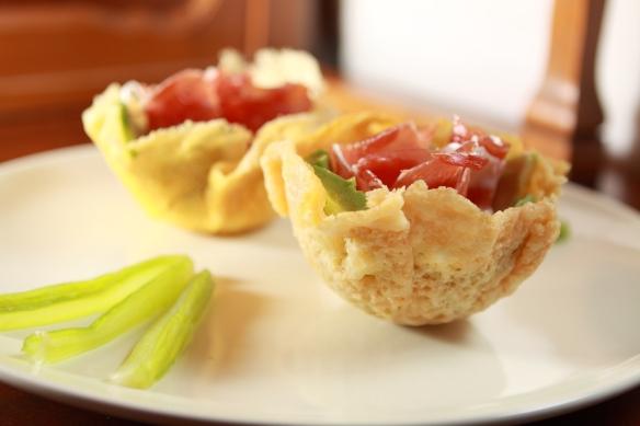 0. Incontro. Cestini croccanti di parmigiano con avocado, sedano e prosciutto