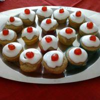 Cupcakes con gocce di cioccolato, glassa alla ricotta e ciliegina
