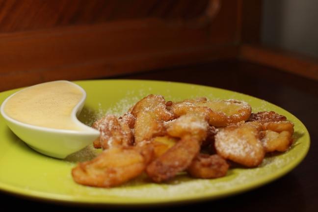 Frittelle di mele con crema inglese - Foto di Walter Romano