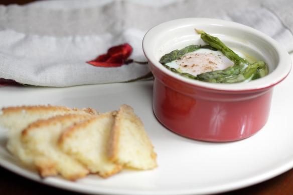 Uova in cocotte con asparagi e crema di parmigiano