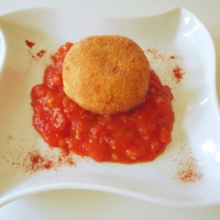 Polpette di spigola alla paprica su salsa di pomodoro fredda