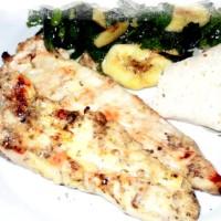 Pollo alla griglia in salsa al dragoncello con contorno di spinaci e banane in insalata