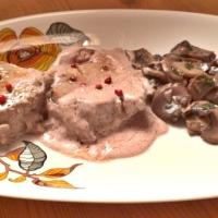 Tournedos lardellati con champignon al vino rosso