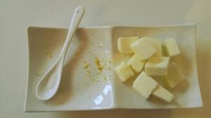buccia di limone, burro e un pizzico di sale