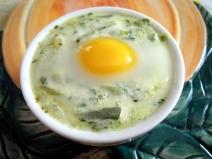 Uova di quaglia in cocotte alle erbe primaverili