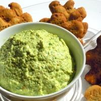 Biscotti salati di farina di ceci con salsa all'avocado e yogurt