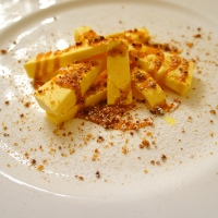 Semifreddo vanigliato con salsa al caramello e granella di amaretti