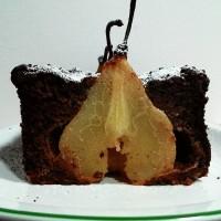 Torta di pane al cacao con pere intere
