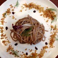 Spaghetti di kamut al pesto di radicchio e noci pecan con punti di riduzione al balsamico